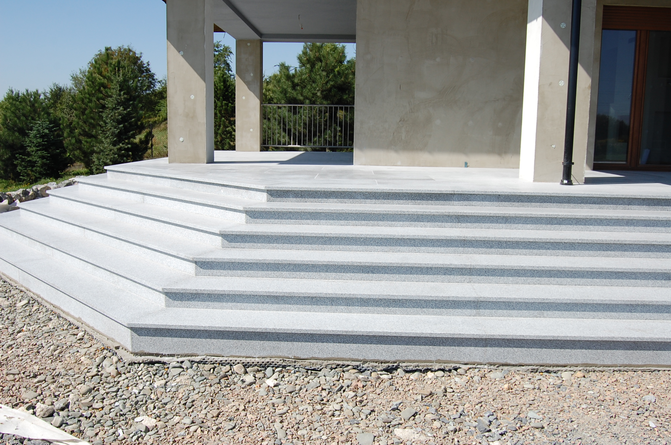 Chłodny Jaki kamień na schody zewnętrzne i wewnętrzne? – Fainner KT44
